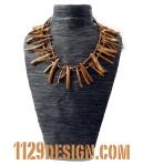 MBCODO collana corallo oro legno vetro indossata